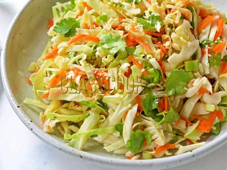 Салат из свежей капусты и моркови.