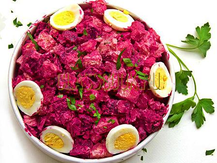 Свекольный салат с майонезом.