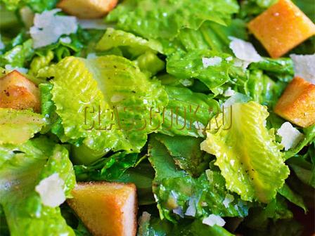 Салат цезарь простой.