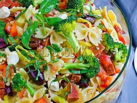Фарфалле с овощами.