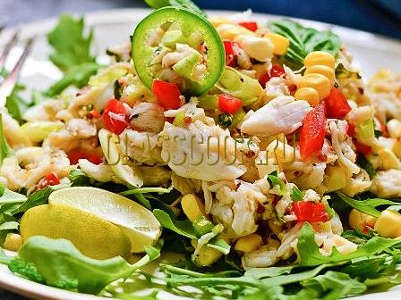 Салат крабовый с кукурузой.