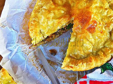 Мясной пирог из слоеного теста.