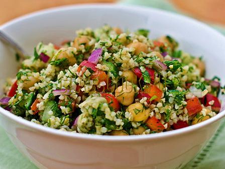 Салат с булгуром и овощами.