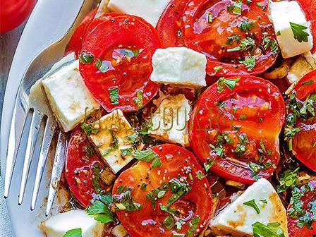 Рецепт салата с помидорами и сыром.